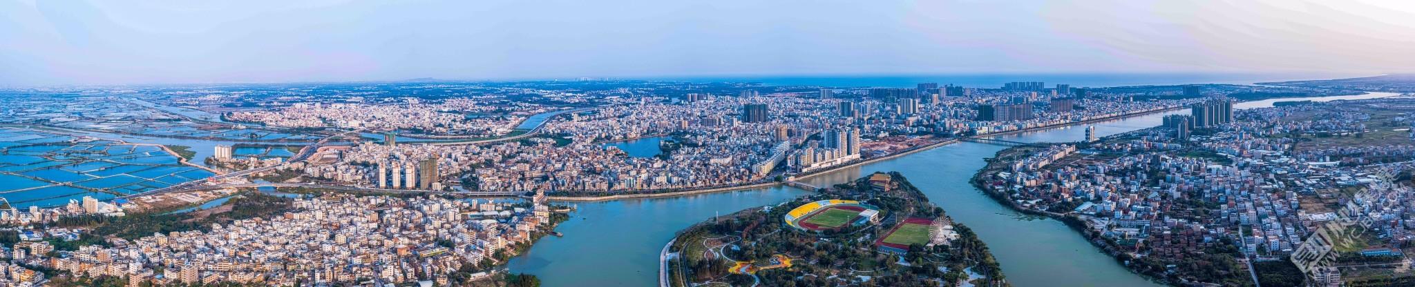 少點云彩的吳川城區全景