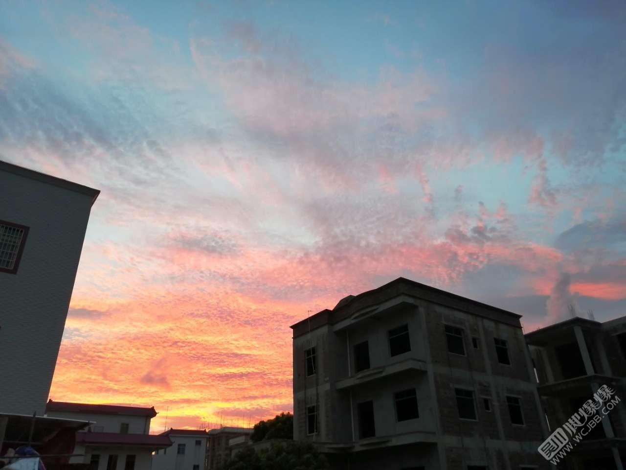 下班時間看到的天空,覺得美呆了。