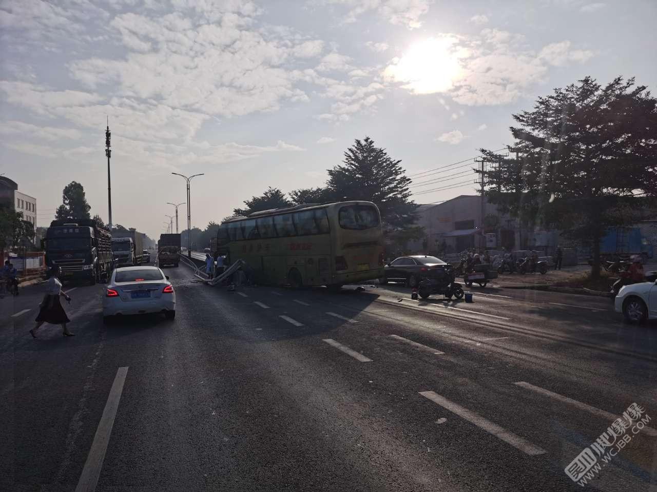 吳川G228國道發生車禍,大巴車撞上水泥護欄,撞到路燈擋風玻璃全破碎!